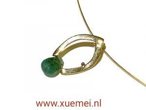 Gouden hanger met smaragd en blaadje - uniek - handgemaakt - edelsmid Xuemei Dijkstal