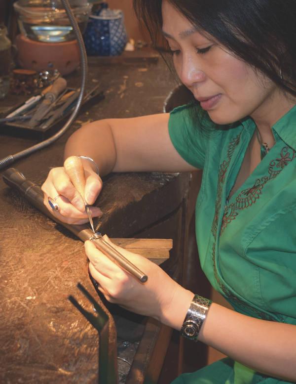 stempel maken door edelsmid Xuemei aan werkbank