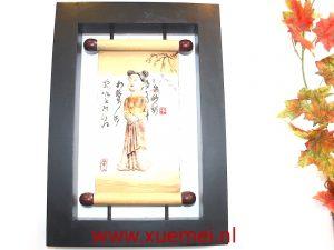 Houten tableau met Chinese kalligrafie en vrouw
