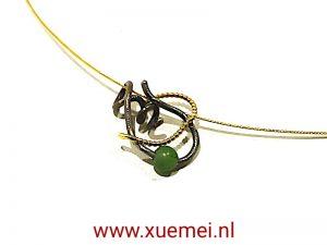 Gouden/titanium hanger met jade op ketting