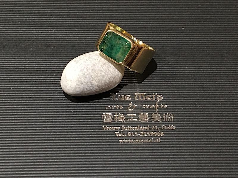 Gouden herenring met smaragd gemaakt van oude goud