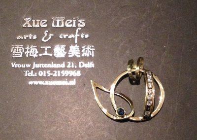 Opdracht gouden hanger met saffier gemaakt van oude gouden trouwringen