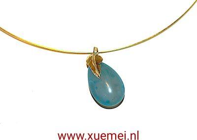 """Gouden hanger met blauw agaat """"Leaf"""""""