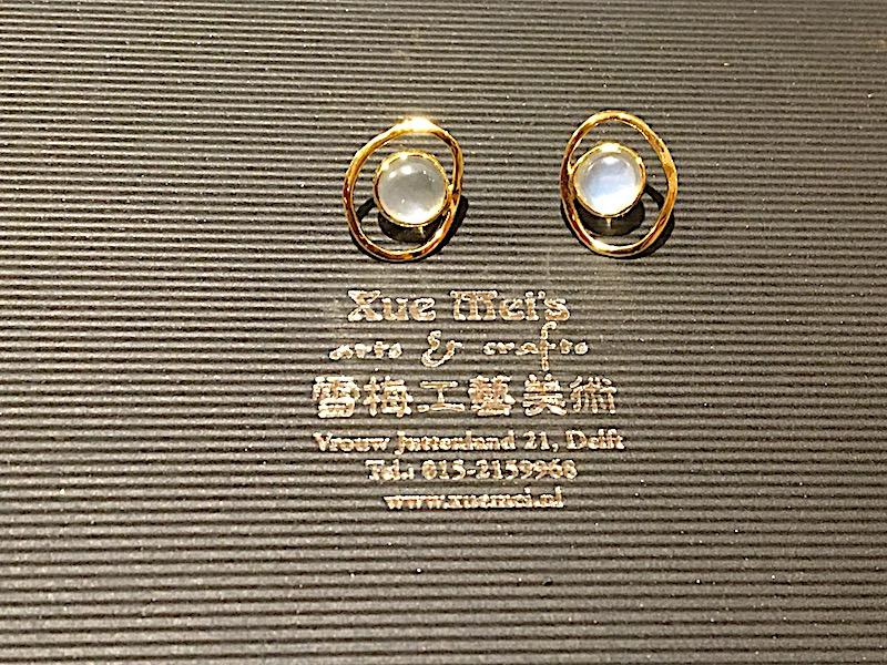 Opdracht 18k gouden oorknopen met maansteen
