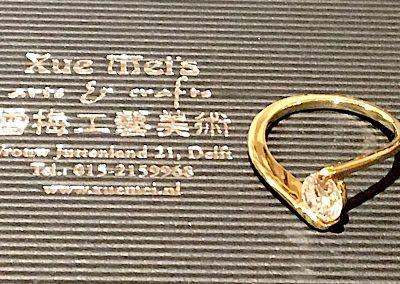 Losse diamant bij gouden ring vast zetten