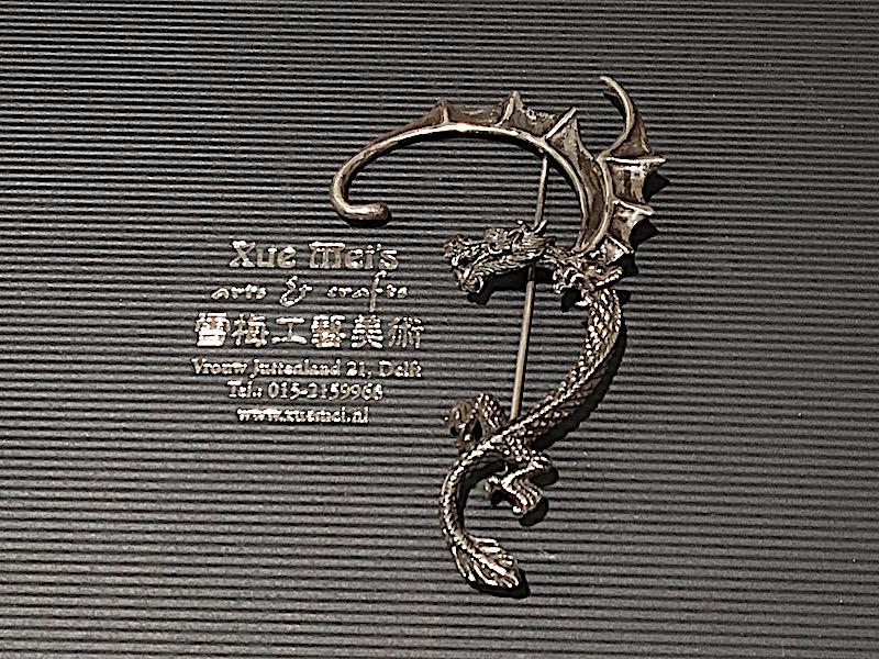 Opdracht zilveren broche Draak
