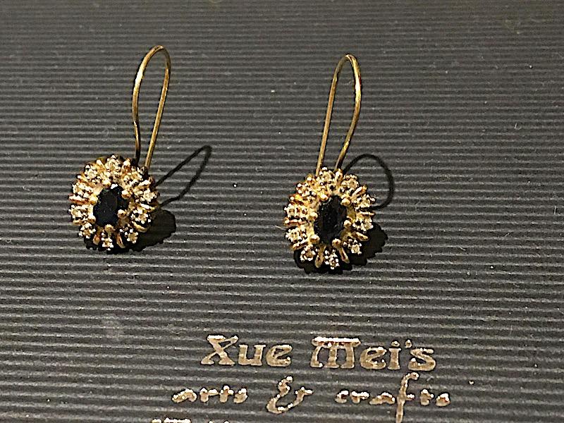 Opdracht gouden oorbellen met diamanten en saffier