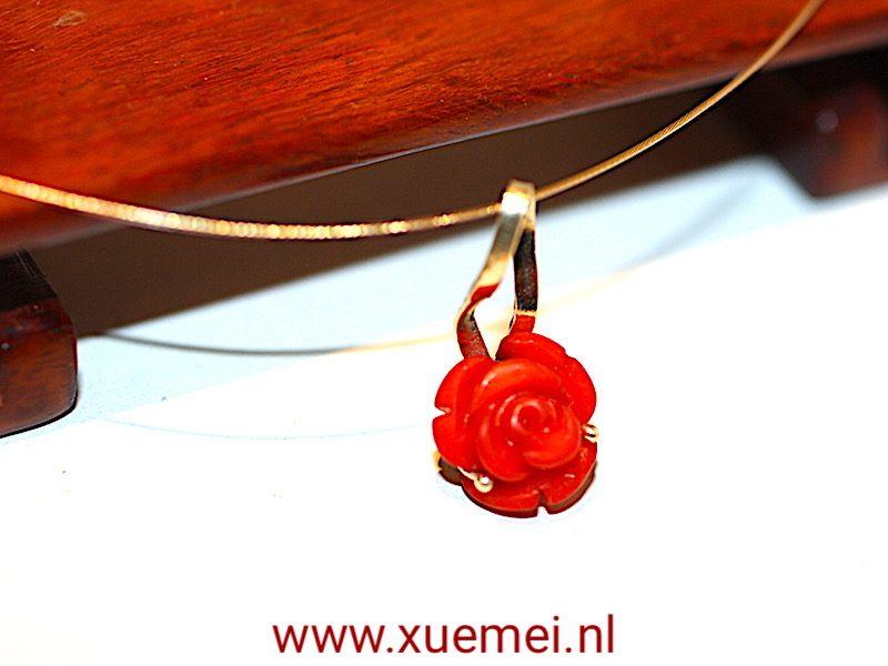"""Gouden hanger met koraal roos """"omarmen"""""""