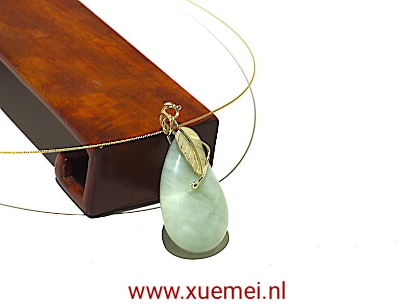 """Gouden hanger met jade """"Dancing leaf"""""""