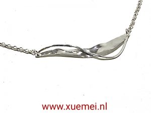 """Zilveren collier met """"wind"""""""