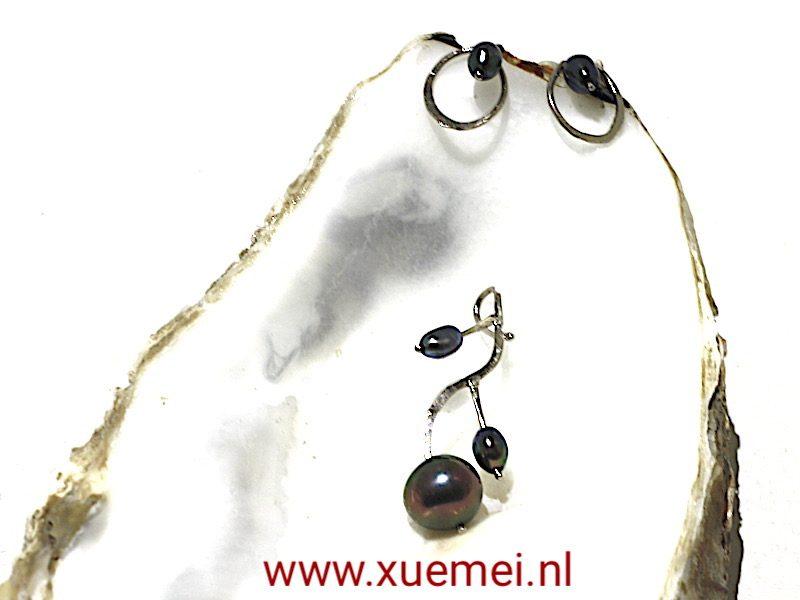 """Witgouden hanger met zwarte parels """"Bloesems"""""""