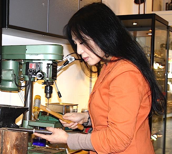 goudsmid, edelsmid en zilversmid Xue Mei ontwerpt en maakt zelf sieraden
