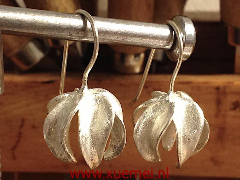 Zilveren oorbellen 3D bloem