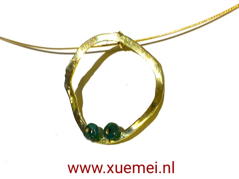 circle-of-life-gopuden-hanger-smaragd-edelsmid-Xue-Mei-delft