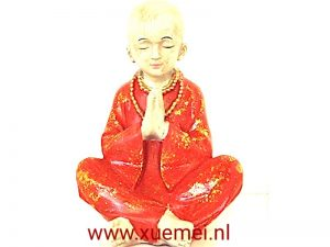 Biddende rode monnik zittend