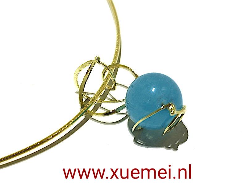 gouden-hanger-blauw-agaat-juwelier-en-edelsmid-Delft-Xuemei-Dijkstal.