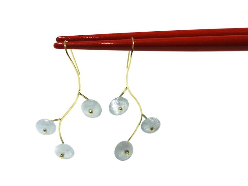 gouden oorbellen met aquamarijn gemaakt door xuemei edelsmid delft
