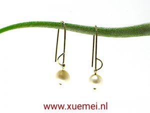 gouden-oorbellen-parel-goudsmid-Xuemei-Dijkstal-Delft.