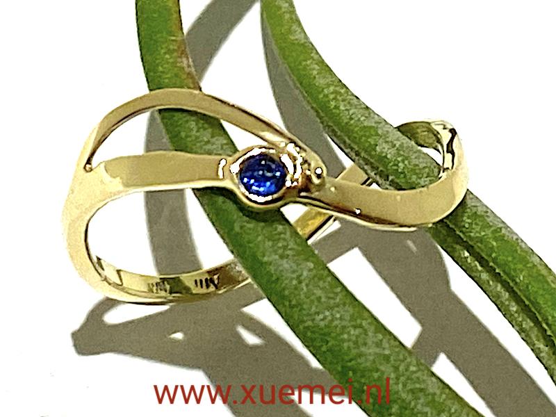 gouden ring met saffier - verlovingsring - uniek - edelsmid Xuemei Dijkstal