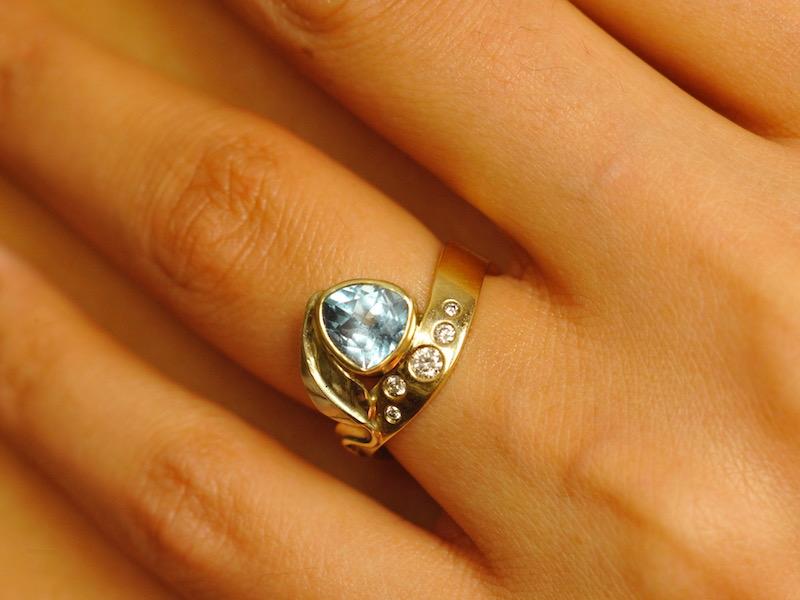 gouden verlovingsring met edelsteen topaas en diamanten