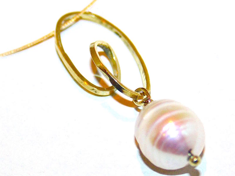 gouden hanger met parel gemaakt door edelsmid xuemei