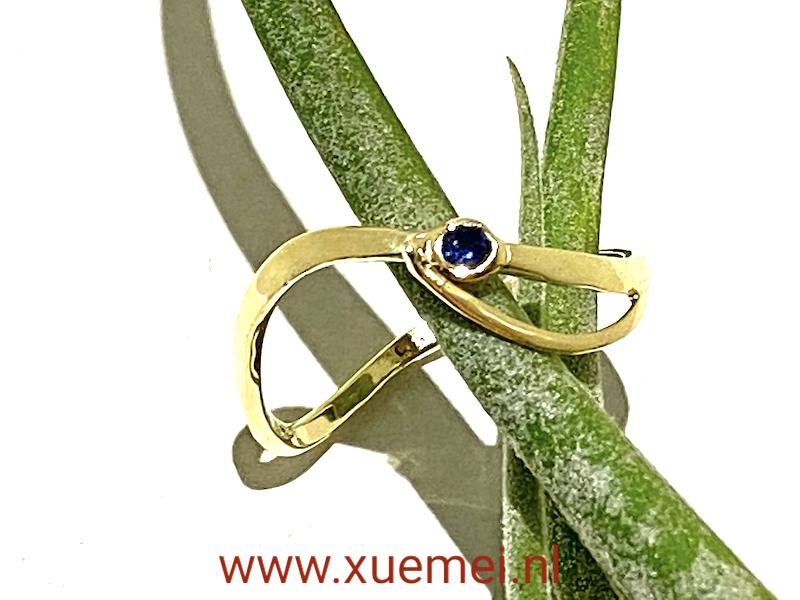 verlovingsring met saffier - uniek - goudsmid Xuemei Dijkstal