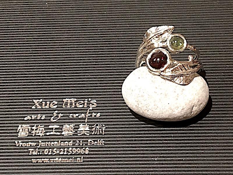 Opdracht zilveren verlovingsring met granaat en peridoot