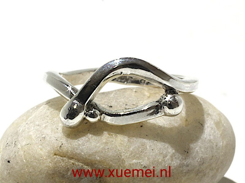 """Zilveren ring """"Omarmen"""" handwerk van zilversmid goudsmid Xuemei Dijkstal"""