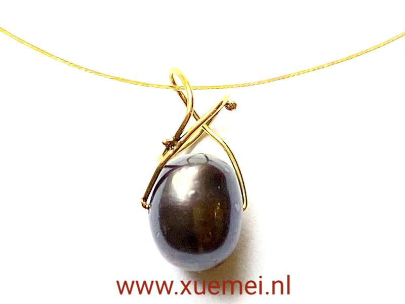 gouden hanger met zwarte parel - uniek - goudsmid Xuemei Dijkstal - handgemaakt