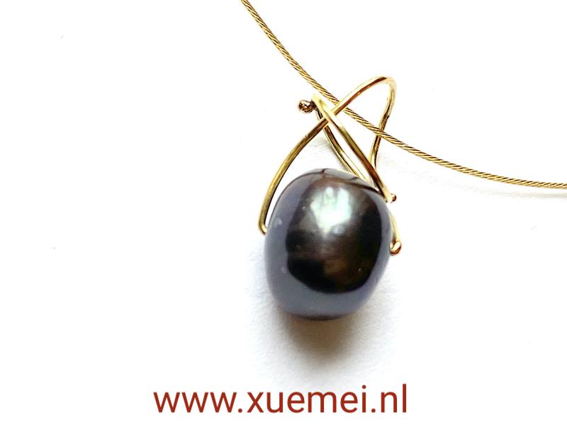 gouden hanger met zwrate parel uniek - goudsmid Xuemei Dijkstal