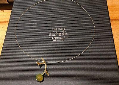 """Gouden hanger """"love grows"""" met jade gemaakt van oude trouwring"""