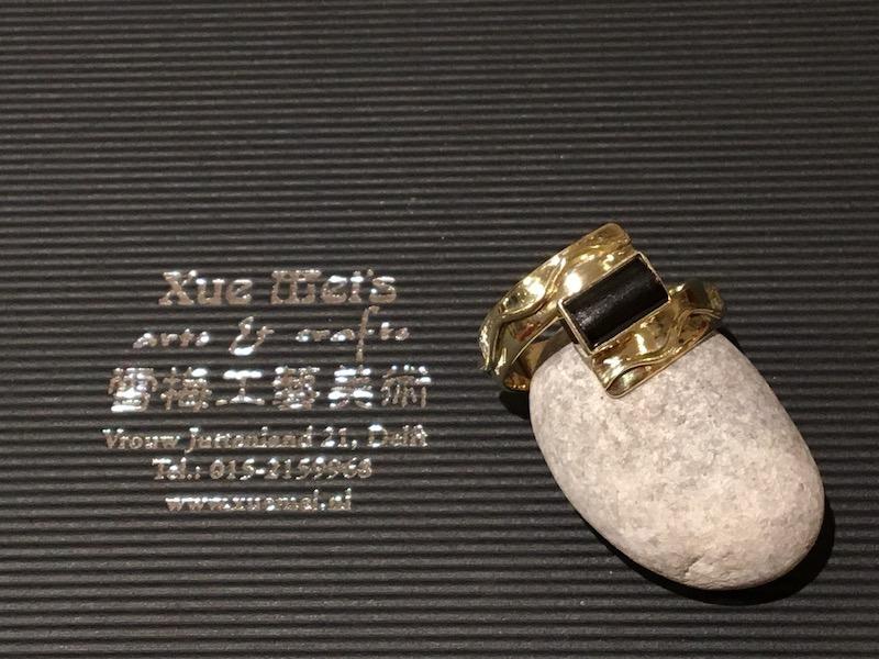 Gouden ring met zwarte zee bamboe koraal gemaakt van oude trouwring
