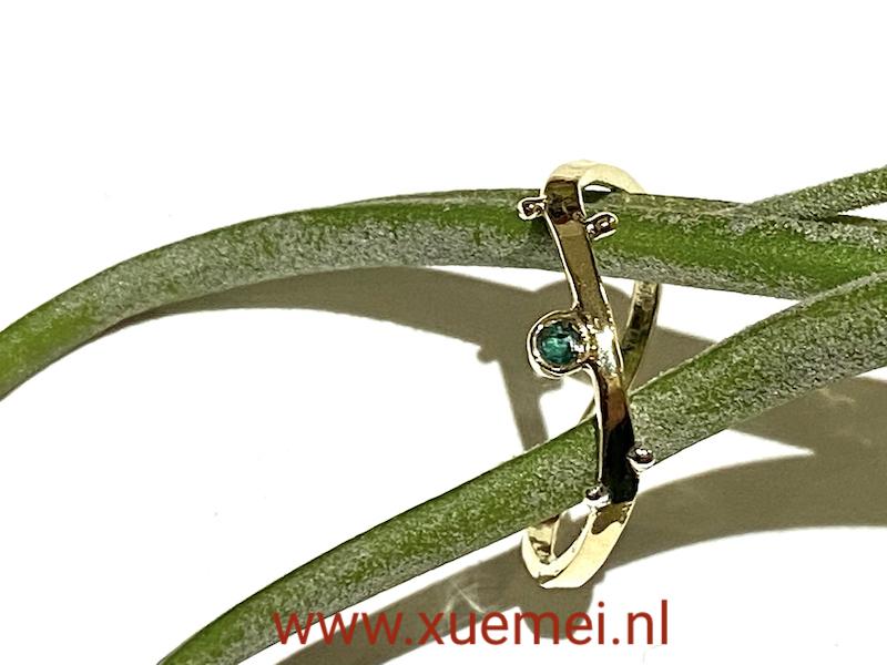 gouden ring met smaragd - verlovingsring - edelsmid Xuemei Dijkstal - uniek
