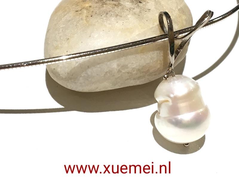witgouden-collier-met-parel-goudsmid-Xue-Mei-Delft.