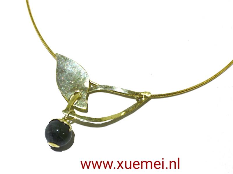 gouden hanger en ketting groene toermalijn - juwelier en edelsmid Delft - Xuemei Dijkstal