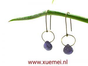 gouden oorbellen saffier - juwelier en edelsmid Delft - Xuemei Dijkstal