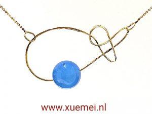 gouden ketting oneindig blauw agaat - edelsmid Xuemei Dijkstal - Delft