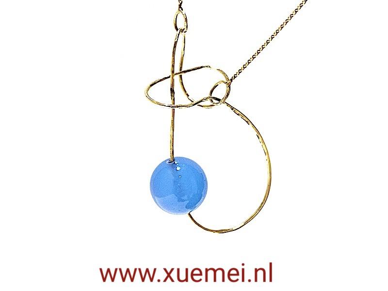 gouden ketting oneindig met blauwe agaat - edelsmid Xuemei Dijkstal