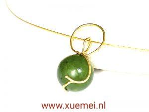 gouden hanger met jade - groene steen - uniek - edelsmid Xuemei Dijkstal