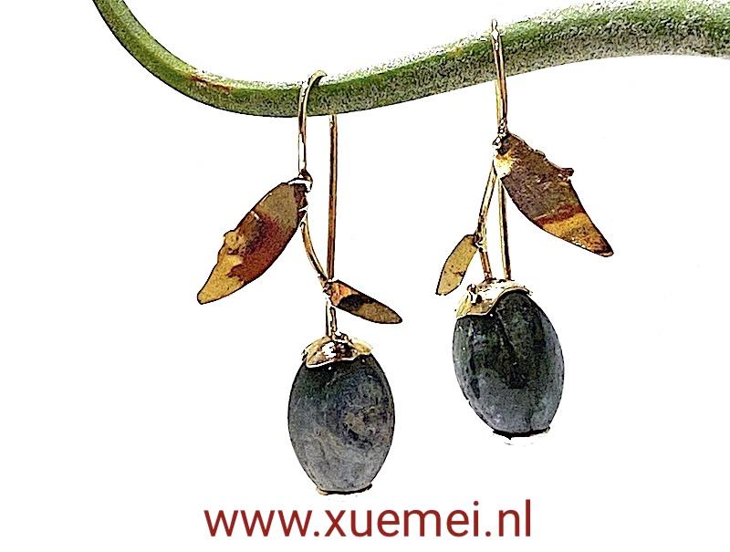 gouden oorbellen groene toermalijn - edelsmid Xuemei Dijkstal