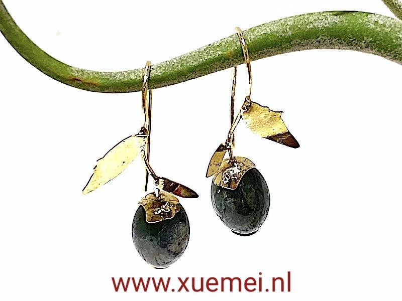 gouden oorbellen groene toermalijn - handgemaakt - edelsmid Xuemei Dijkstal