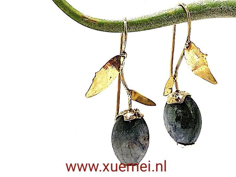 gouden oorbellen groene toermalijn - uniek - edelsmid Xuemei Dijkstal