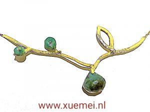 Gouden ketting levensboom met smaragd - tak - blad - uniek edelsmid Xuemei Dijkstal