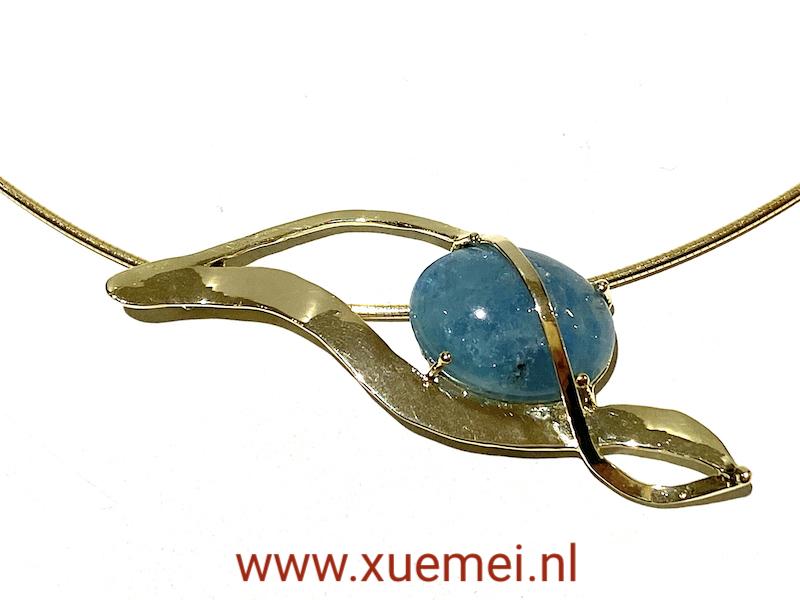 gouden hanger met aquamarijn - uniek - handgemaakt - edelsmid Xuemei Dijkstal - one of a kind