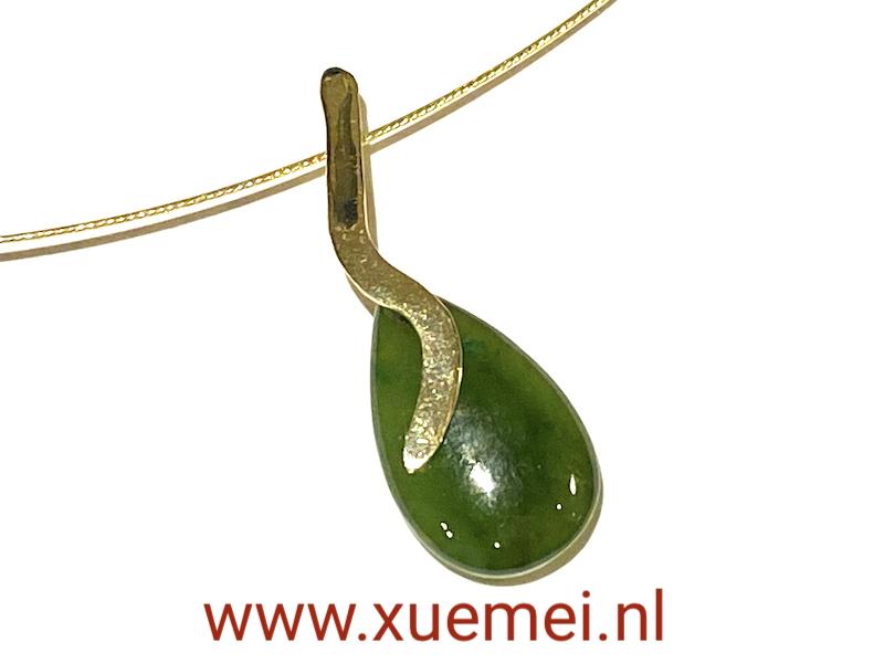 gouden hanger met jade - groene edelsteen - uniek - edelsmid Xuemei Dijkstal