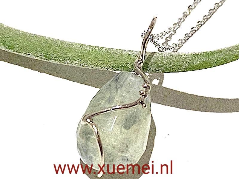 witgouden hangewr met prehniet - uniek - edelsmid Xuemei Dijkstal