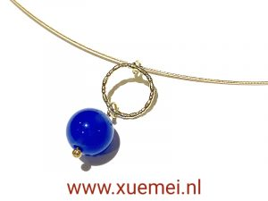 Gouden hanger met blauwe agaat - uniek - handgemaakt - edelsmid Xuemei Dijkstal