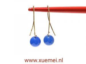 Gouden oorbellen met blauwe agaat - uniek - edelsmid Xuemei Dijkstal