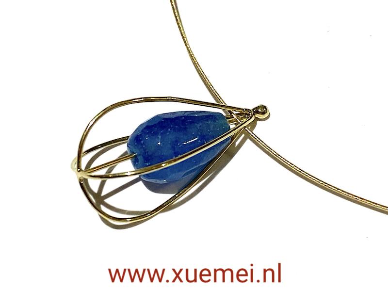gouden hanger lampionplant - blauw steen - kwarts - edelsmid Xuemei Dijkstal - one of a kind jewelry