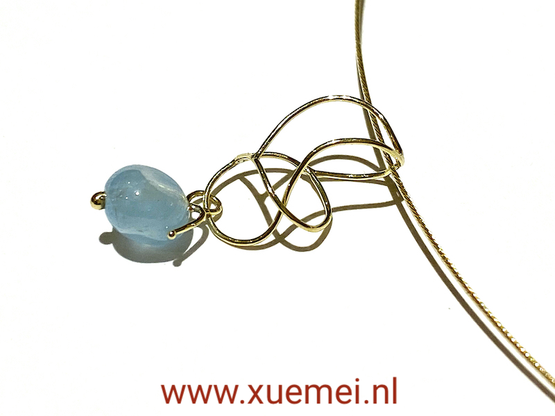 gouden hanger met aquamarijn - blauwe steen - handgemaakt - edelsmid Xuemei Dijkstal